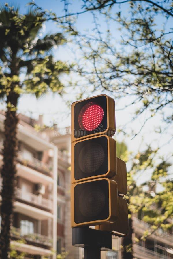 Placez des feux de signalisation en Europe - rouge - vue contre un contexte des bâtiments et du ciel bleu images libres de droits