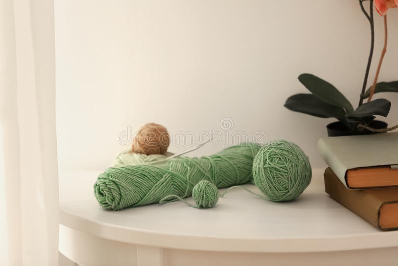 Placez des fils de tricotage sur la table photographie stock libre de droits