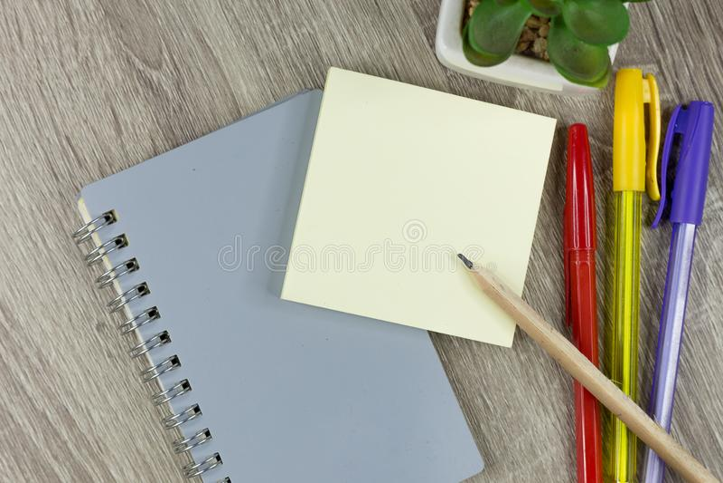 Placez des fournitures de bureau pour le travail avec le fond en bois de texture photos stock