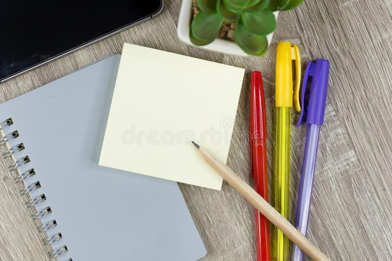 Placez des fournitures de bureau pour le travail avec le fond en bois de texture photos libres de droits