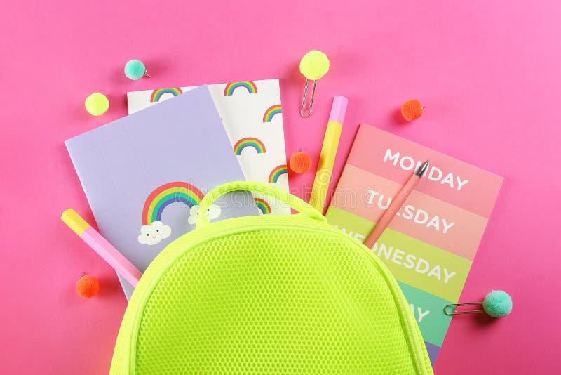 Placez des fournitures scolaires sur le fond texturisé de papier photos stock