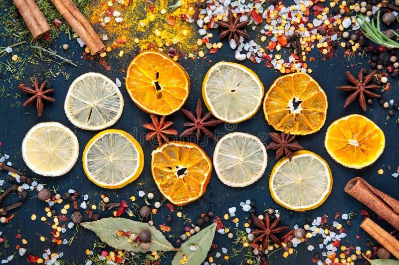 Placez des fruits secs et du fruit glacé pour le vin chaud avec le citron, oranges sur un fond en bois bleu photos libres de droits