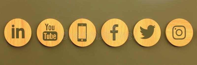 Placez des icônes en bois de médias sociaux populaires sur le mur illustration de vecteur