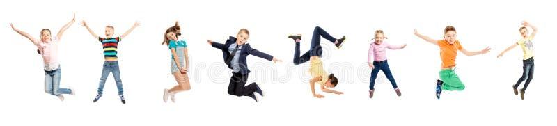 Placez des images des enfants sautants du sexe et de l'âge différents D'isolement au-dessus du fond blanc photos stock