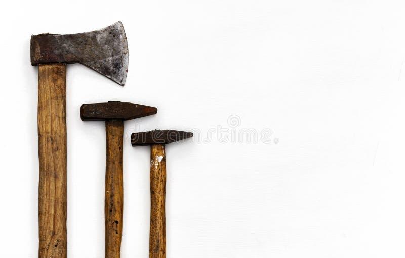 Placez des outils de construction de main de cru sur un fond en bois blanc images libres de droits