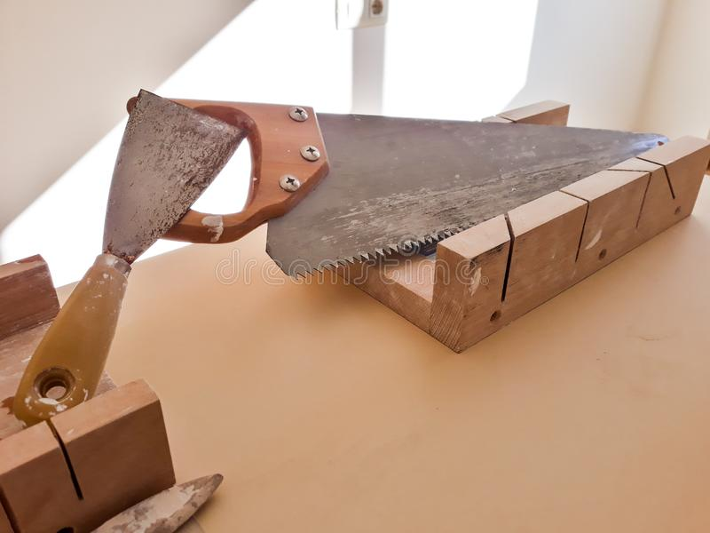 Placez des outils de travail sur la table : scie, sertisseur et painter& x27 ; brosse de s image stock