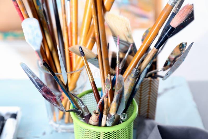 Placez des outils du peintre différent sur la table image libre de droits