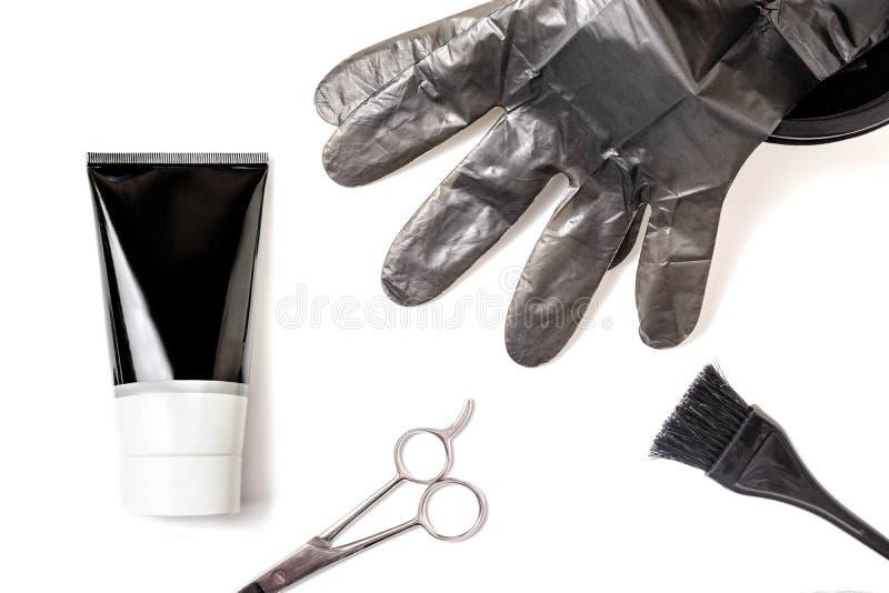 Placez des outils noirs professionnels de coiffeur pour colorer les cheveux - brosse, cuvette, ciseaux, gants et tube d'agent de  photographie stock libre de droits