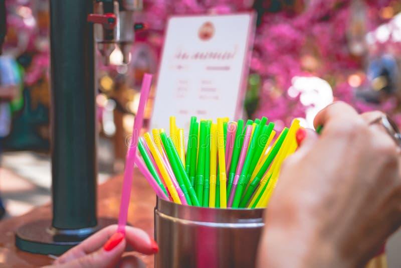 Placez des pailles en plastique colorées, fond de paille, paille de cocktail photographie stock libre de droits