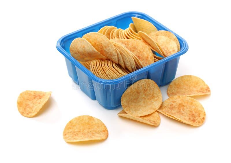 Placez des pommes chips d'or croquantes comme tas et dans la cuvette de céramique images stock