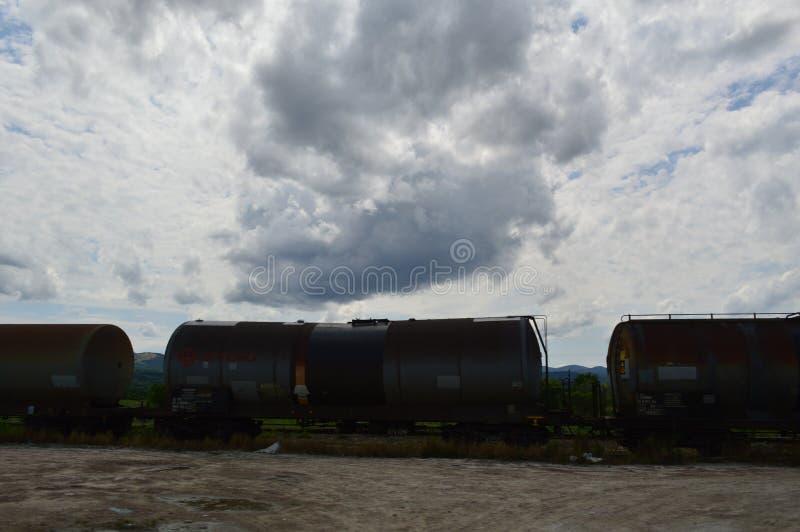 Placez des réservoirs avec le transport de pétrole et de carburant par chemin de fer sous le ciel nuageux photo libre de droits