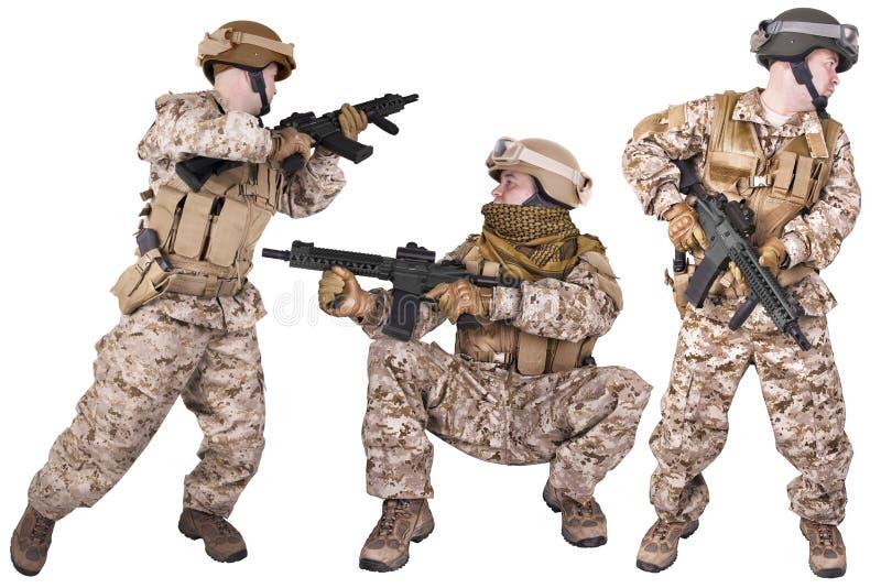 Placez des soldats militaires dans l'uniforme, prêt à combattre photographie stock libre de droits
