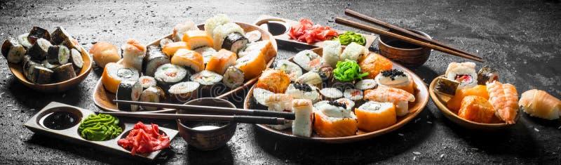 Placez des sushi japonais traditionnels de nourriture avec la sauce de soja et le gingembre photographie stock libre de droits