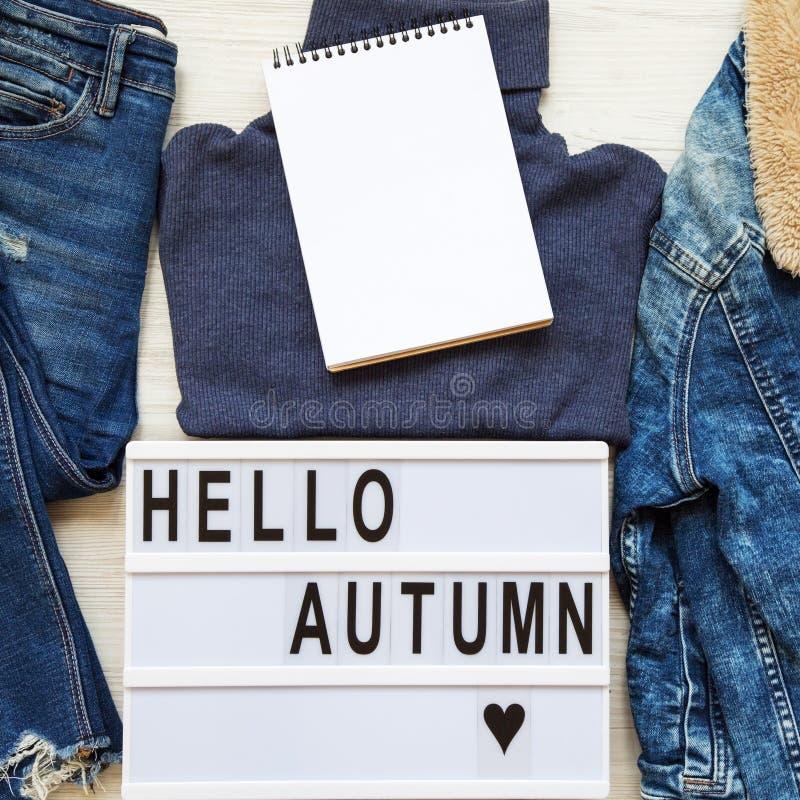 """Placez des vêtements femelles d'automne, lightbox avec automne des textes le """"bonjour """", bloc-notes vide Vue sup?rieure, d'en hau photo stock"""