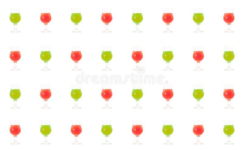 Placez des verres multicolores avec le genièvre différent de tequila de sirop de fruit de sirop d'ingrédient de cocktails de méla images libres de droits