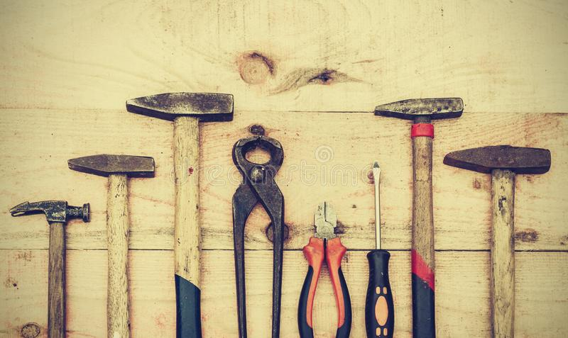 Placez des vieux outils de construction de main de cru sur un fond en bois, avez bien employé le rétro concept photos libres de droits