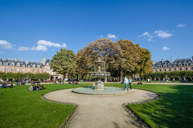 Placez DES VOSGES à Paris, façade de luxe de logements de France image libre de droits