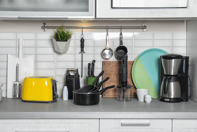 Placez du cookware, plats propres sur le comptoir de cuisine photographie stock libre de droits