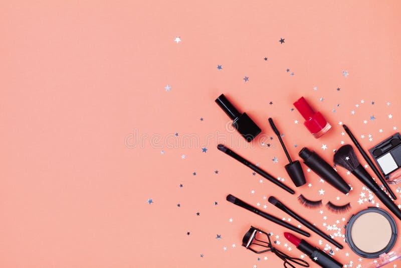 Placez du cosm?tique et des produits de beaut? d?coratifs pour le maquillage sur la vue sup?rieure de fond de confettis d'?toile  images stock