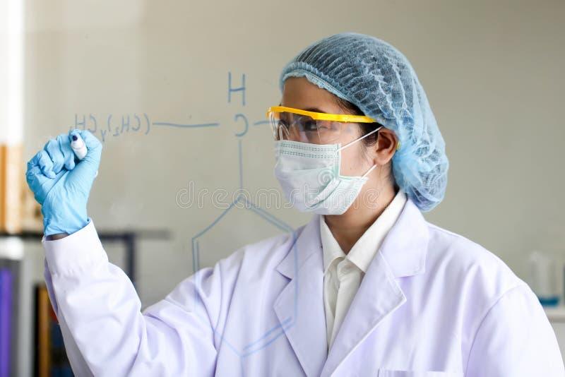 Placez du développement chimique et de la pharmacie de tube dans le concept de technologie de laboratoire, de biochimie et de rec images libres de droits
