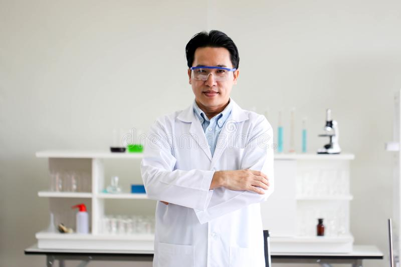 Placez du développement chimique et de la pharmacie de tube dans le concept de technologie de laboratoire, de biochimie et de rec photos stock