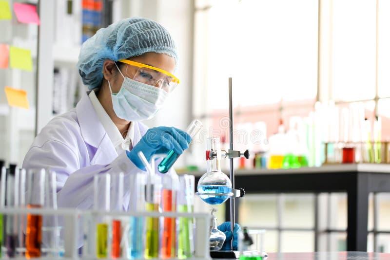 Placez du développement chimique et de la pharmacie de tube dans le laboratoire, bioc photographie stock libre de droits