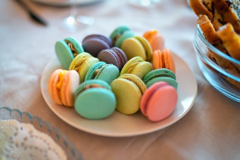 Placez du macaron de couleur dans un plat photos stock