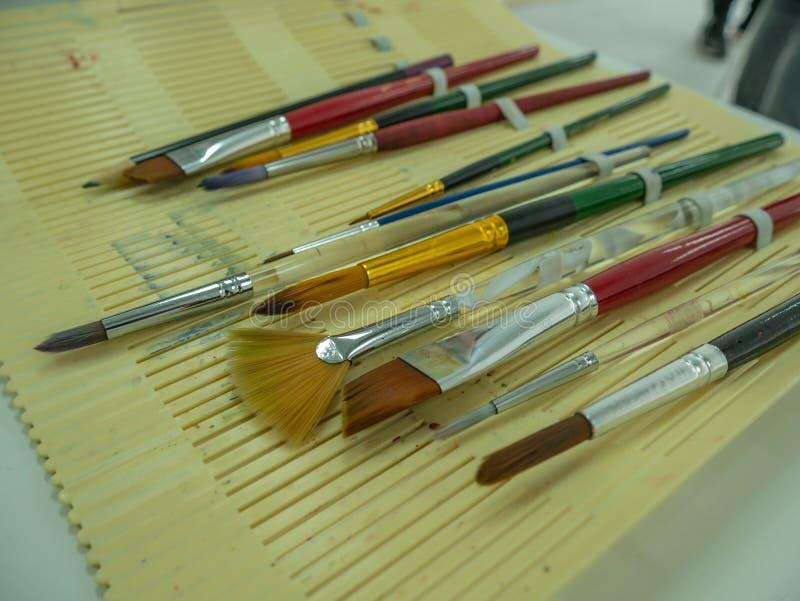 Placez du pinceau et du crayon photos stock