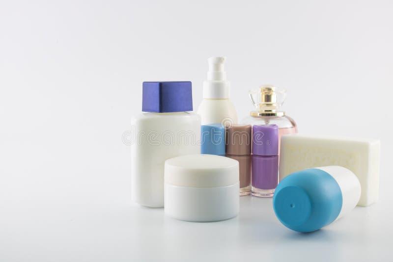 Placez du shampooing se composant de la protection solaire Fond blanc C'a été rentré le studio photo stock