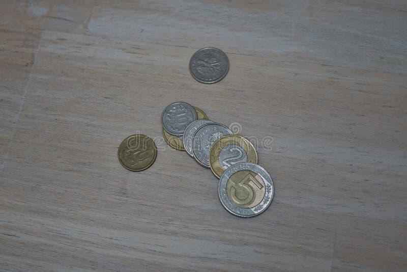 Placez du Zloty polonais de pièces de monnaie, du PLN en argent et des couleurs d'or comme symbole de devise en Pologne photos stock