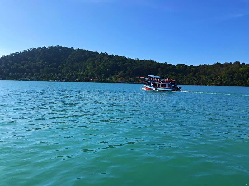 Placez la voile pour naviguer au schnorchel en KOH Chang, Thaïlande images stock