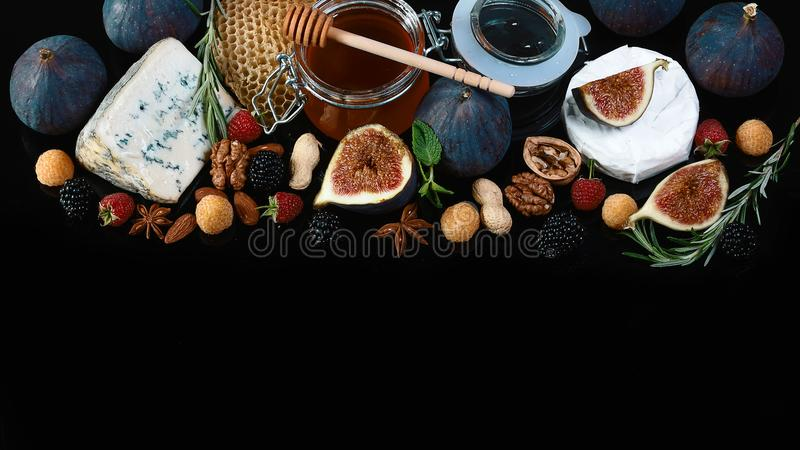 Placez le camembert de fromage ou le fromage de brie, le fromage avec la rouille bleue avec des figues, les mûres et les frambois photo libre de droits