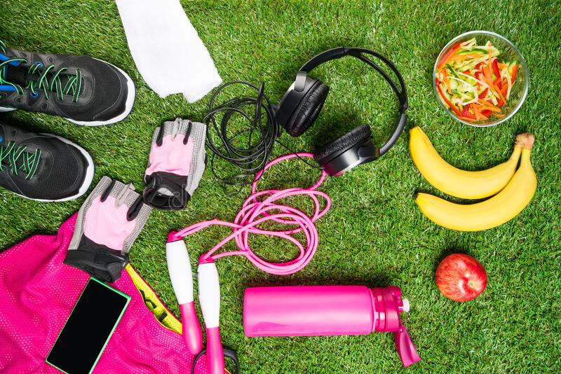 Placez le concept des choses pour le sport sur un fond d'herbe verte photographie stock libre de droits