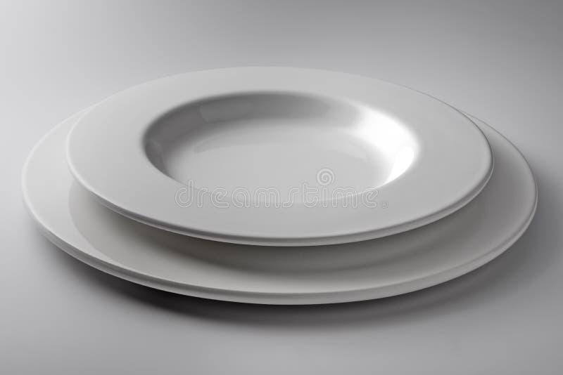 Placez le rond et le plat de cuvette et plat ?pais blanc images stock