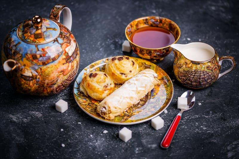 placez le thé Boulangerie orientale de bonbons Vue supérieure Fond foncé images stock