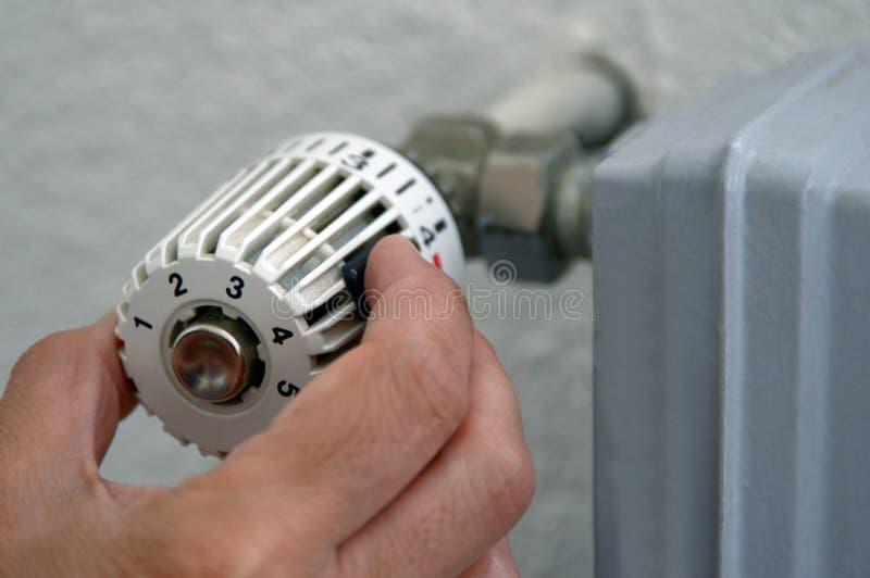 Placez le thermostat de radiateur en plan rapproché image libre de droits