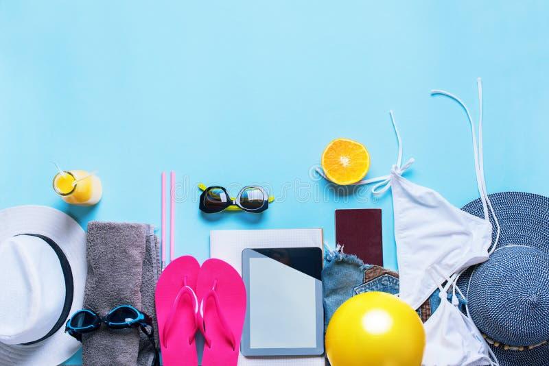 Placez les lunettes de soleil de vêtements d'accessoires de choses d'été photographie stock libre de droits