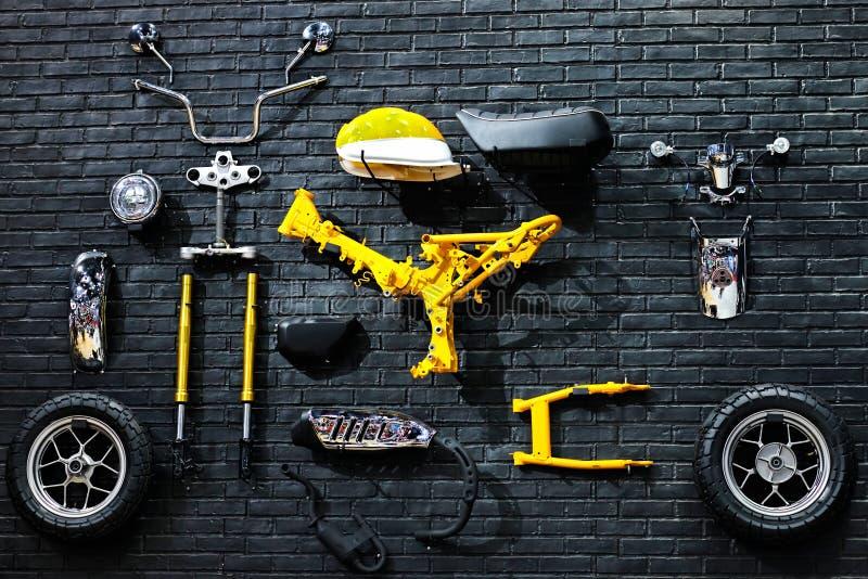 Placez les pièces de rechange de la moto sur le mur vieilles pièces de réparation et d'entretien de moteur photographie stock libre de droits