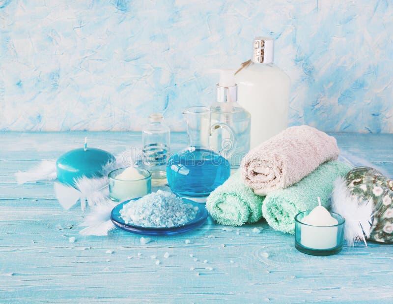 Placez pour la station thermale avec les serviettes, le sel et les pétroles aromatiques, foyer sélectif photographie stock