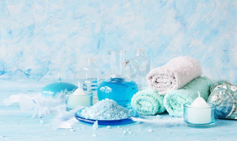 Placez pour la station thermale avec les serviettes, le sel et les pétroles aromatiques, foyer sélectif images stock