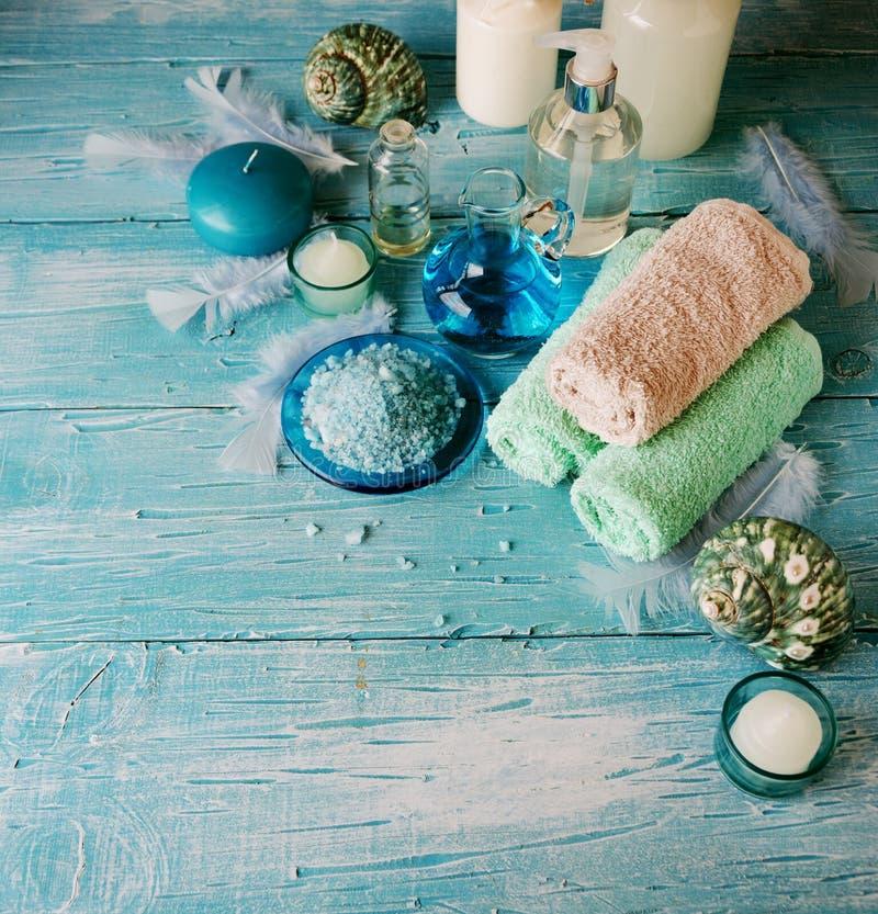 Placez pour la station thermale avec les serviettes, le sel et les pétroles aromatiques, foyer sélectif image libre de droits