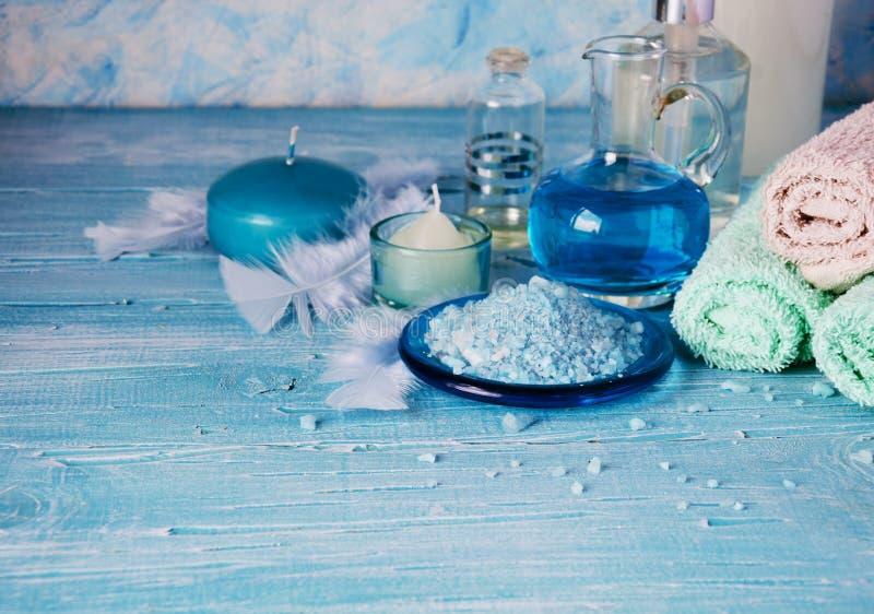 Placez pour la station thermale avec les serviettes, le sel et les pétroles aromatiques, foyer sélectif photos stock