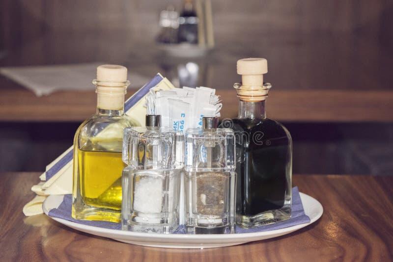 Placez pour le poivre et les cure-dents de sel au vinaigre d'huile dans le restaurant images stock