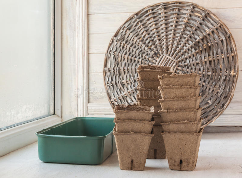 Placez pour les jeunes plantes grandissantes sur une fenêtre photo stock