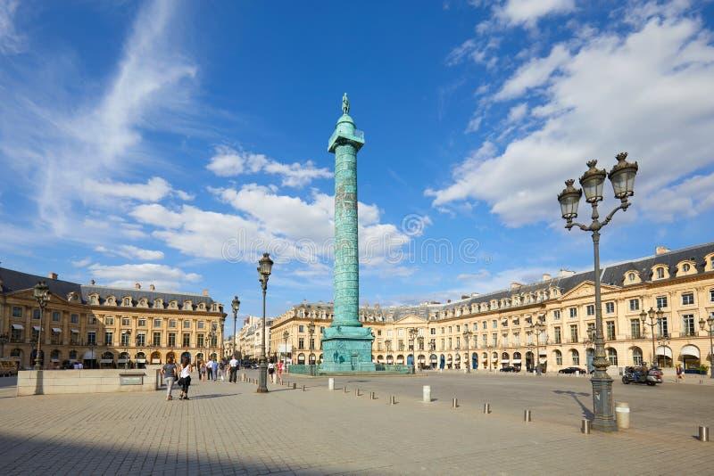 Placez Vendome avec les personnes et les touristes dans un jour d'été ensoleillé, ciel bleu à Paris, France photographie stock libre de droits