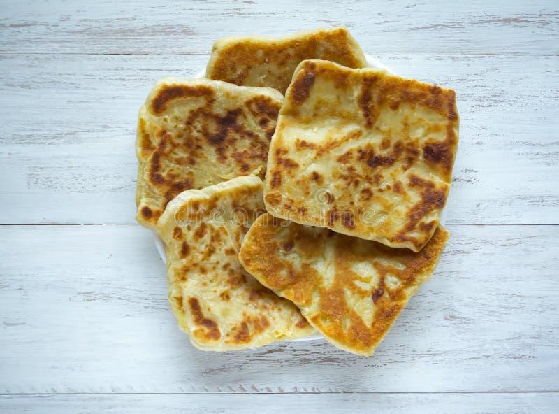 Placinta - Traditionele eigengemaakte Roemeense en Moldovische pastei flapjack stock foto's