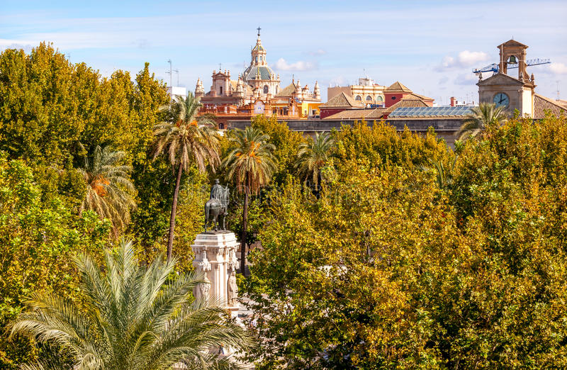 Placu Nueva Ferdinand statua Kościelny Salwador Seville Hiszpania zdjęcia royalty free