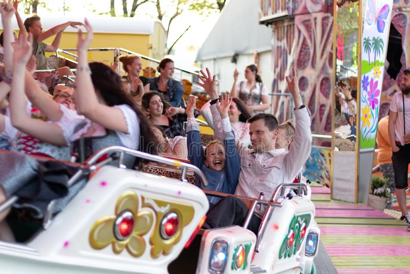 Plaerrer,奥格斯堡德国,2019年4月22日:享受他们的与孩子的年轻家庭时间在狂欢节乘驾 免版税库存照片