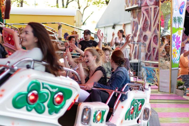 Plaerrer, Augsburg Alemanha, O 22 DE ABRIL DE 2019: fam?lias novas que apreciam seu tempo com crian?as em um passeio do carnaval fotografia de stock royalty free