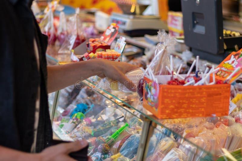 Plaerrer, Augsburg Alemania, EL 22 DE ABRIL DE 2019: caramelo de la compra del hombre joven en el funfair de a imagen de archivo libre de regalías